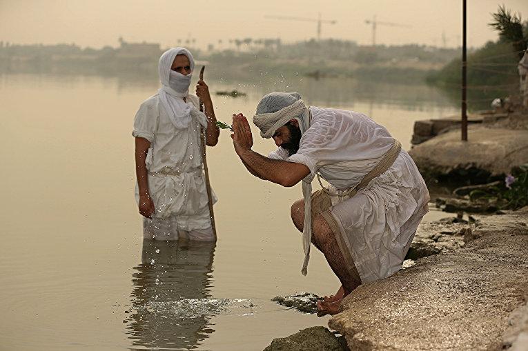 Последователи древней мандейской религиозной секты выполняют ритуалы на реке Тигр в Багдаде