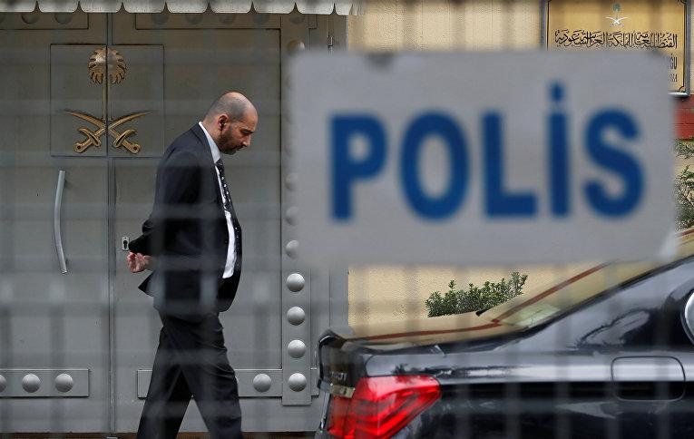 Сотрудник безопасности стоит у входа в консульство Саудовской Аравии в Стамбуле