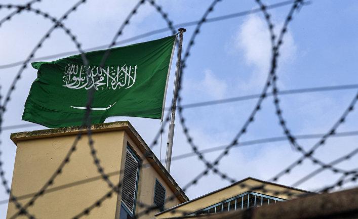 Флаг Саудовской Аравии на заднем дворе консульства Саудовской Аравии в Стамбуле