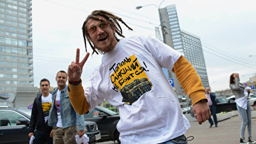 Участник акции «Модный ответ: санкциям— нет» наНовом Арбате