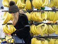 Девушка покупает бананы вмагазине «Перекресток»