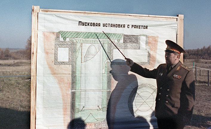 Генерал-майор Иван Вершков во время демонстрации принципа работы стратегической баллистической ракеты УР-100