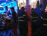 Сотрудники Службы гражданской защиты Италии у станции метро Repubblica в Риме, на которой произошло обрушение эскалатора