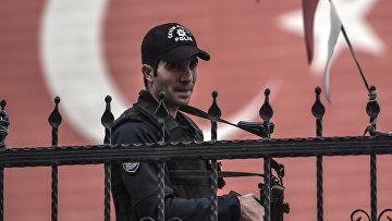 Турецкий полицейский у входа в подземную парковку