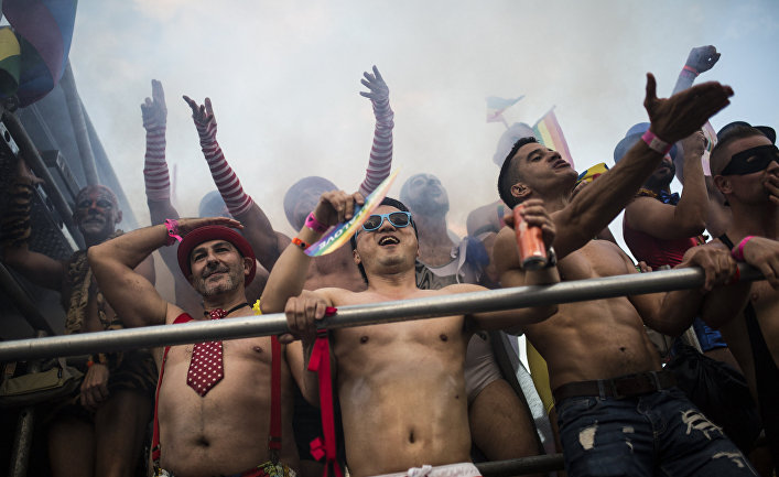 Участники 40-го гей-парада в Мадриде