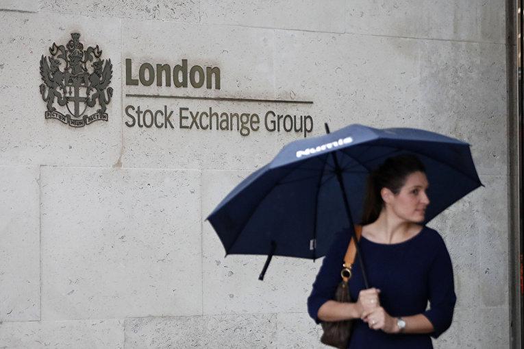 Прохожая у здания лондонской фондовой биржи, Великобритания