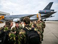 Голландские солдаты в аэропорту Эйндховена в Нидерландах готовятся к участию в учениях НАТО Trident Juncture