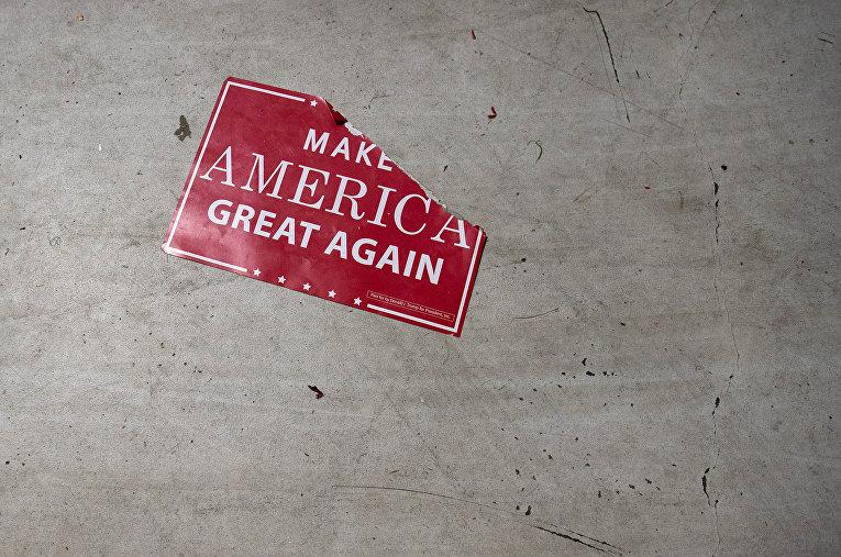 Агитационный листок с надписью «сделаем Америку снова великой»