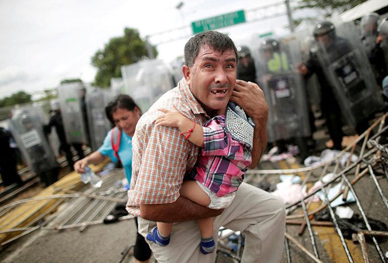 Мигранты из Гондураса штурмуют пограничный пункт в Гватемале, в попытке добраться до США