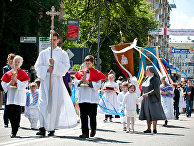Евхаристическая процессия католиков по улицам города в честь праздника торжества Тела и Крови Христовых
