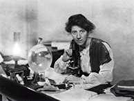 Мэри Стоупс в своей лаборатории, 1904