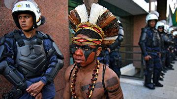 Бразильский индеец во время акции протеста в Рапоса-Серра-ду-Соль