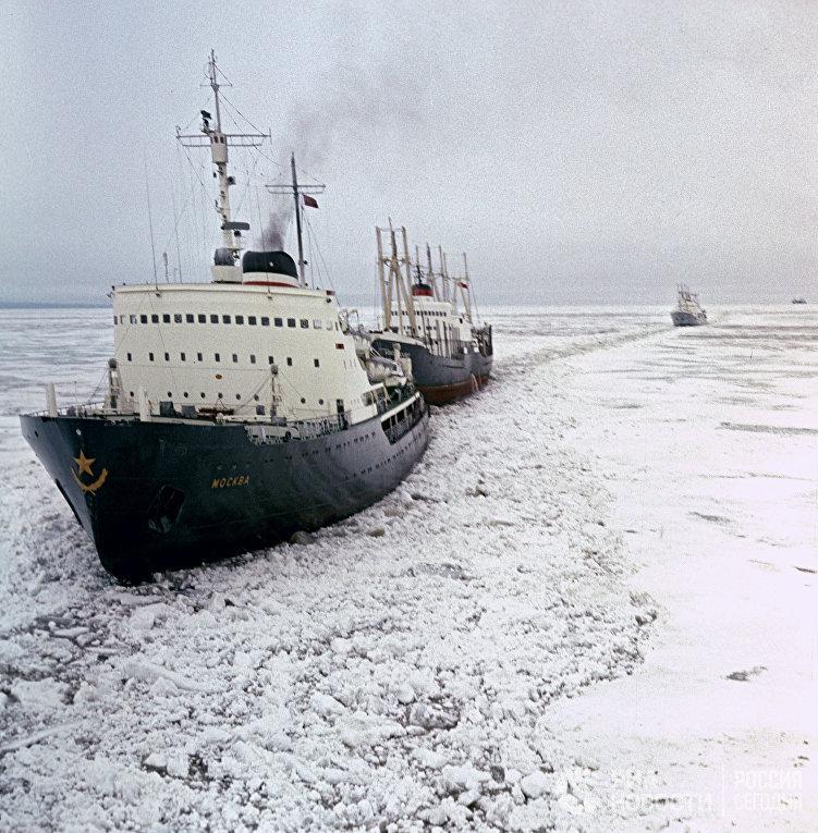 """Ледокол """"Москва"""" ведет караван судов сквозь льды Арктики"""