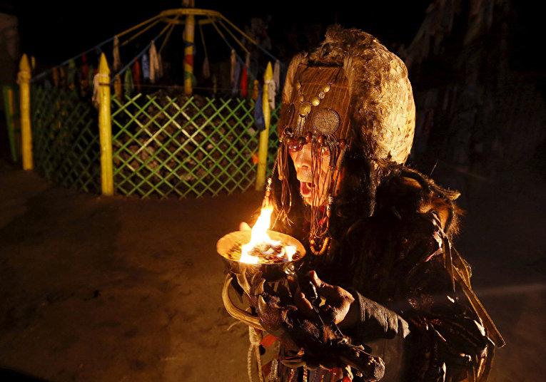 Шаман из общества «Адыг Ээрен» во время ночного камлания в Кызыле