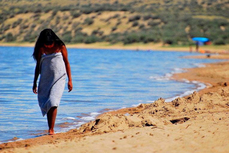 Девушка гуляет по берегу озера Тере-Холь в Туве