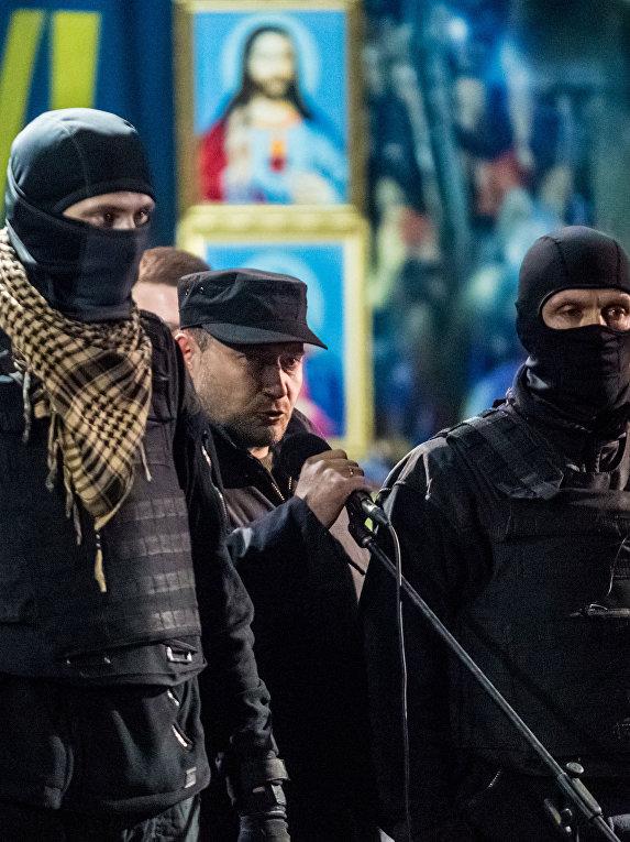 Лидер организации «Правый сектор» Дмитрий Ярош выступает на митинге на площади Независимости