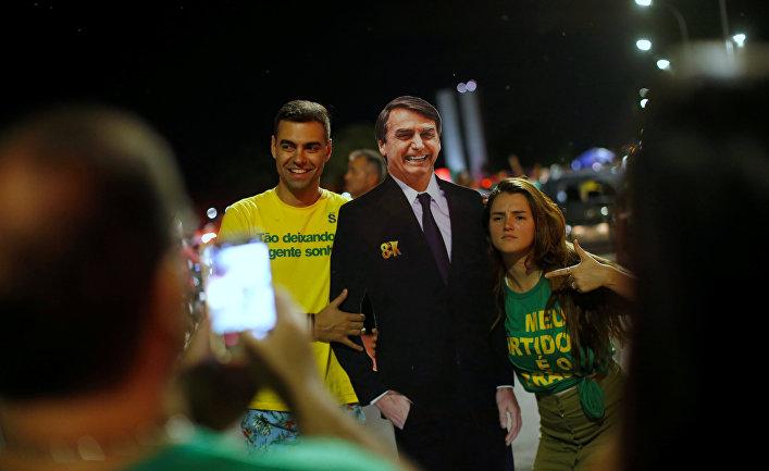 Сторонники Жаира Болсонару радуются его победе во втором туре выборов президента Бразилии