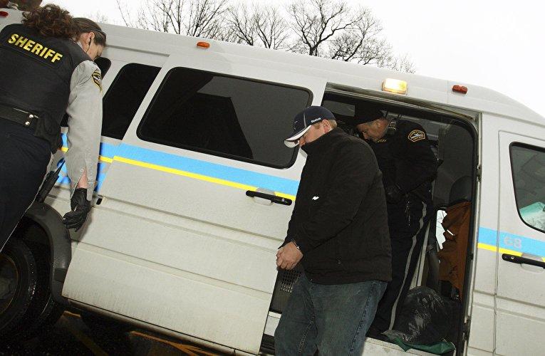 Офицер Джеффри Пол Дилайл у здания суда в Халифаксе, 17 января 2012
