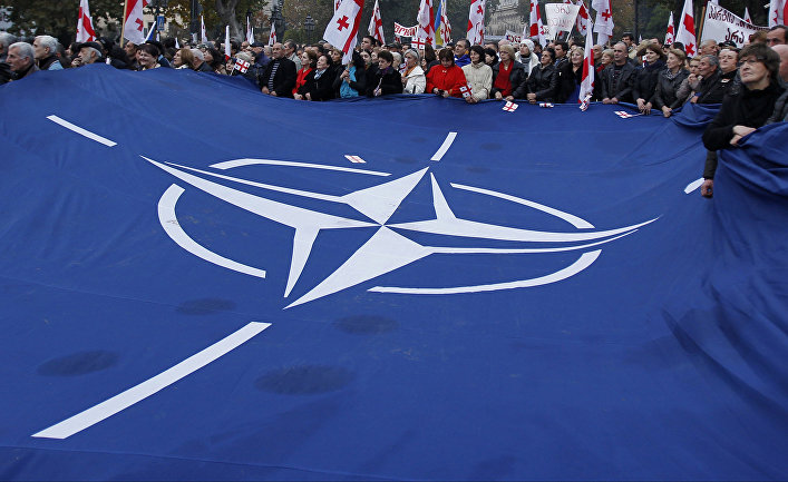 Флаг НАТО во время митинга в Тбилиси, Грузия