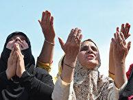 Кашмирские мусульмане молятся во время празднования Мирадж-уль-Алам в Шринагаре