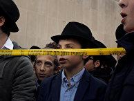 Мальчики молятся у синагоги «Древо Жизни» в Питтсбурге
