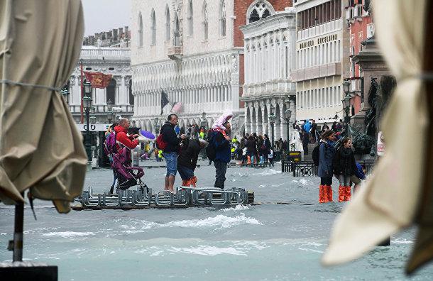 Туристы на набережной Рива дельи Скьявони в Венеции