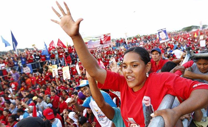 Избиратели слушают предвыборную речь Уго Чавеса