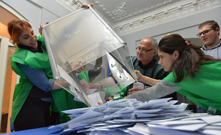 Члены избирательной комиссии проводят подсчет голосов на избирательном участке в Кутаиси, Грузия