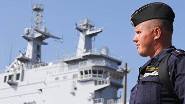 Российский моряк рядом с вертолетоносцем «Владивосток» типа «Мистраль» в порту города Сен-Назер во Франции