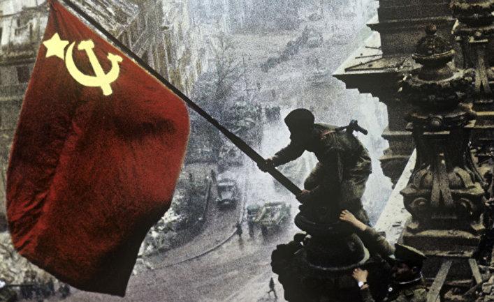 Знамя Победы на здании рейхстага 1 мая 1945 года