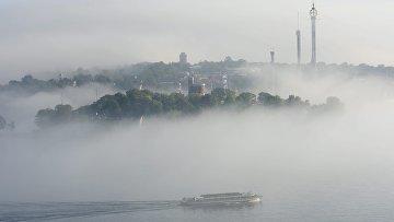 Лодка в тумане в шхерах Стокгольма, Швеция
