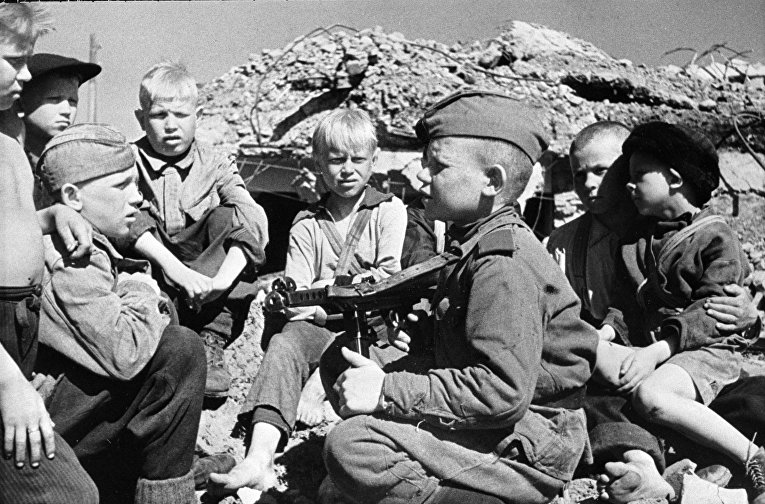 Сын полка встречается со своими сверстниками-детьми после освобождения города Кондапога от финских оккупантов
