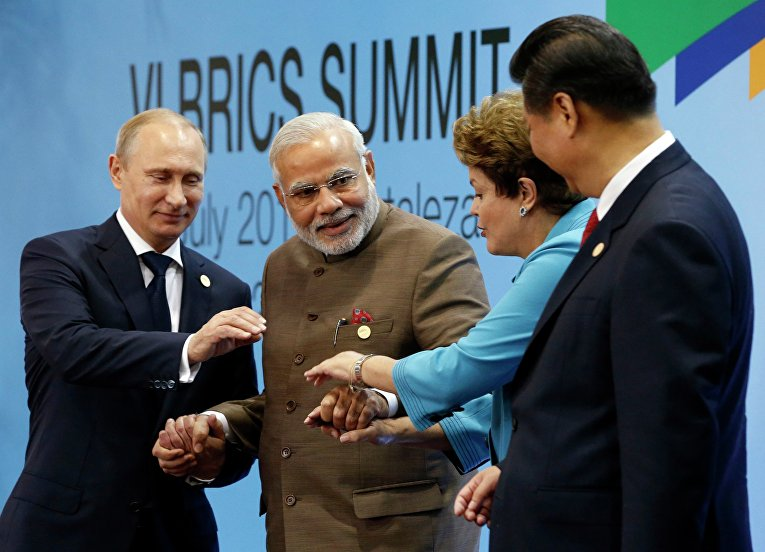 Президент России Владимир Путин, премьер-министр Индии Нарендра Моди, президент Бразилии Дилма Руссефф и президент Китая Си Цзиньпин на саммите БРИКС