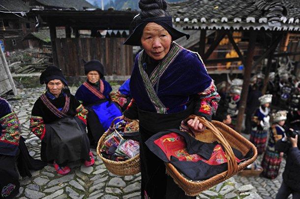 Представительница народности Миао c вышивками ручной работы