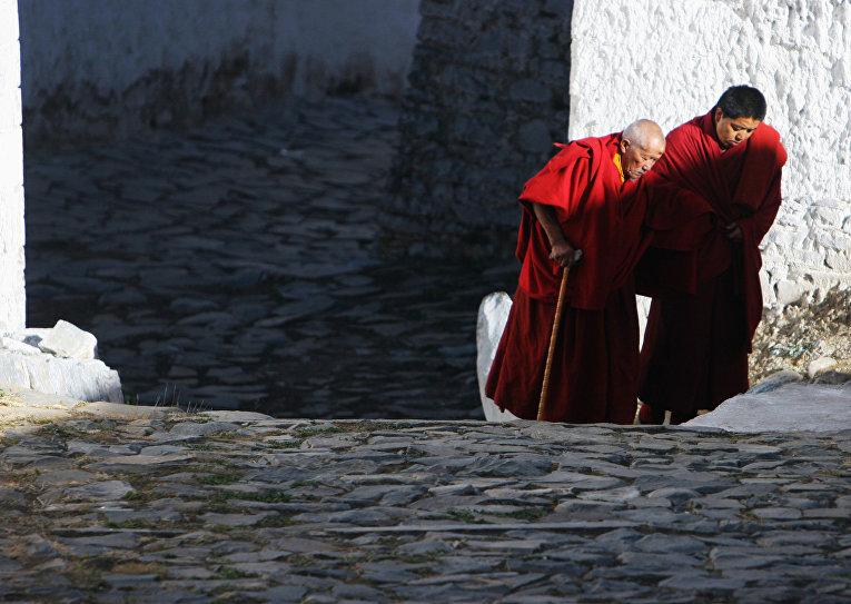 Монахи в монастыре Ташилумпо