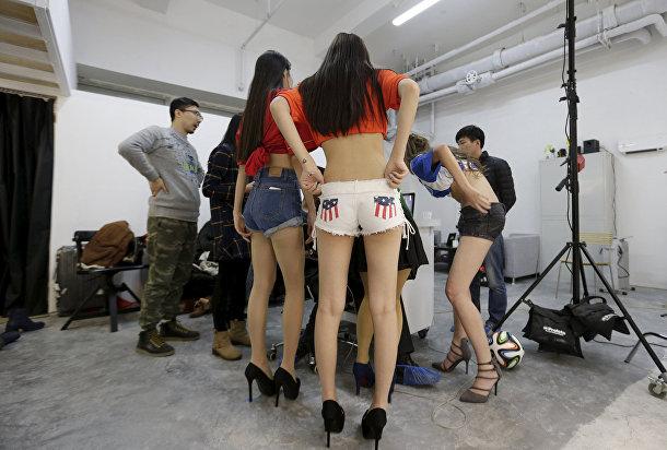 Сянгун и другие хостес принимают участие в фотосессии
