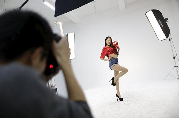 Сянгун, онлайн-хостес сайта bobo.com, участвует в фотосессии