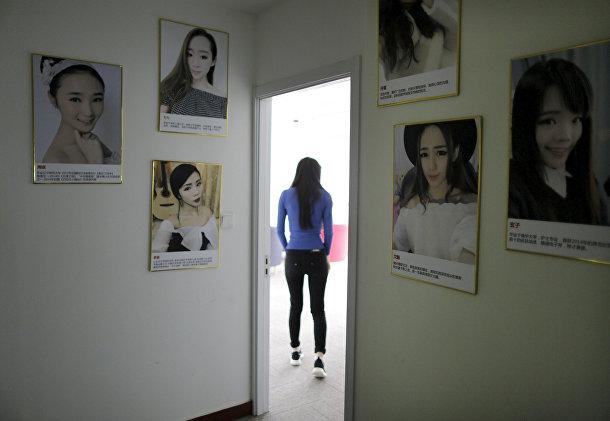 Онлайн-хостес Сунь Сяохоу входит в комнату, откуда она ведет трансляцию