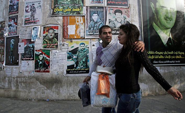 Портреты погибших сирийских солдат и президента Башара Асада на стене здания в Тартусе