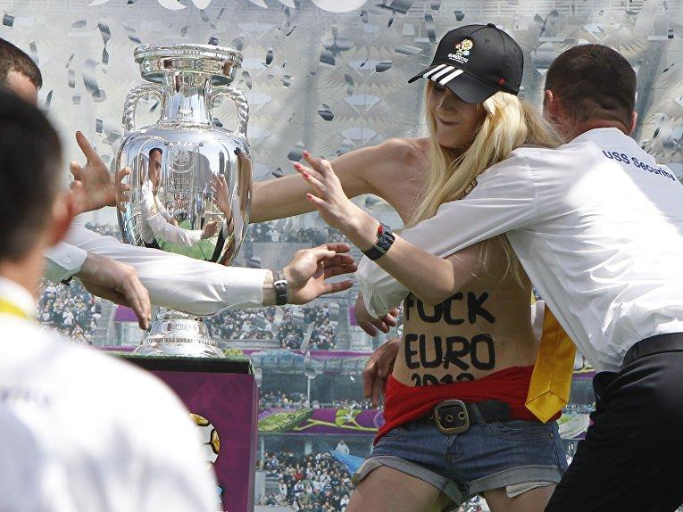 Активистка FEMEN столкнула кубок Евро-2012 с пьедестала