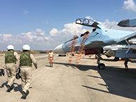 """Российские летчики готовятся к посадке в истребитель Су-30 перед вылетом с аэродрома """"Хмеймим"""" в Сирии. 5 октября 2015"""