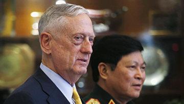 Министр обороны США Джим Мэттис и министр обороны Вьетнама генерал Нго Суан Лить в Хошимине