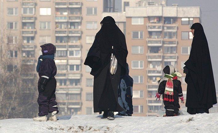 Женщины в чадрах на улице Сараево