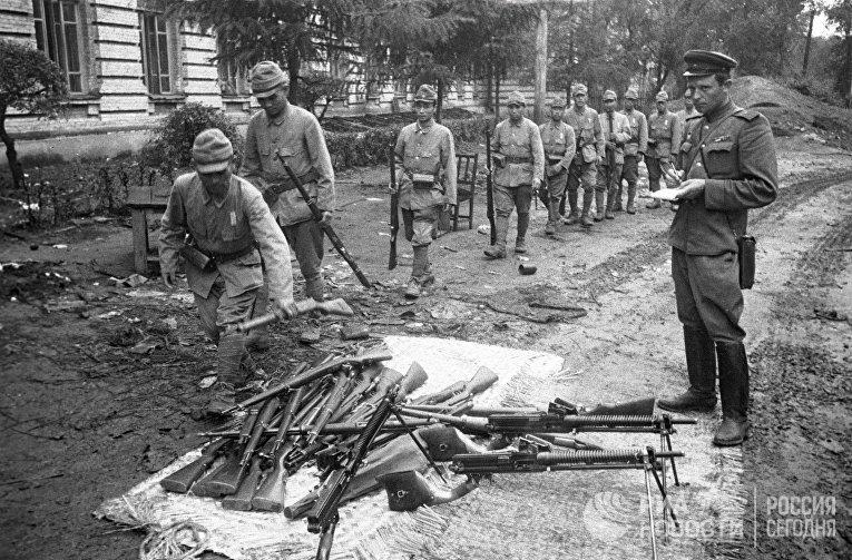 Японские солдаты сдают оружие