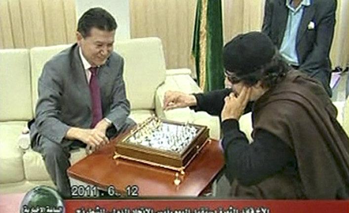 Ливийский лидер Муаммар Каддафи играет в шахматы с президентом ФИДЕ Кирсаном Илюмжиновым