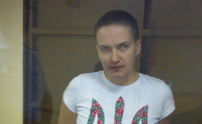 Летчица Надежда Савченко, подозреваемая в пособничестве в убийстве российских журналистов, во время заседания в зале Воронежского Областного суда