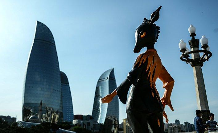 Символ первых Европейских игр - 2015 на смотровой площадке в Баку