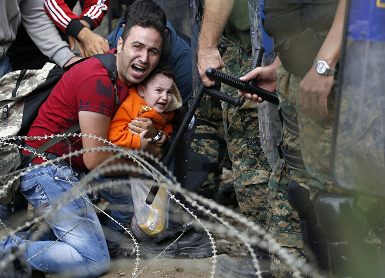 Беженцы пытаются пересечь границу с Македонией на севере Греции