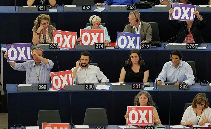 """Таблички с надписью """"Нет"""" перед депутатами Европарламента в Страсбурге, Франция"""