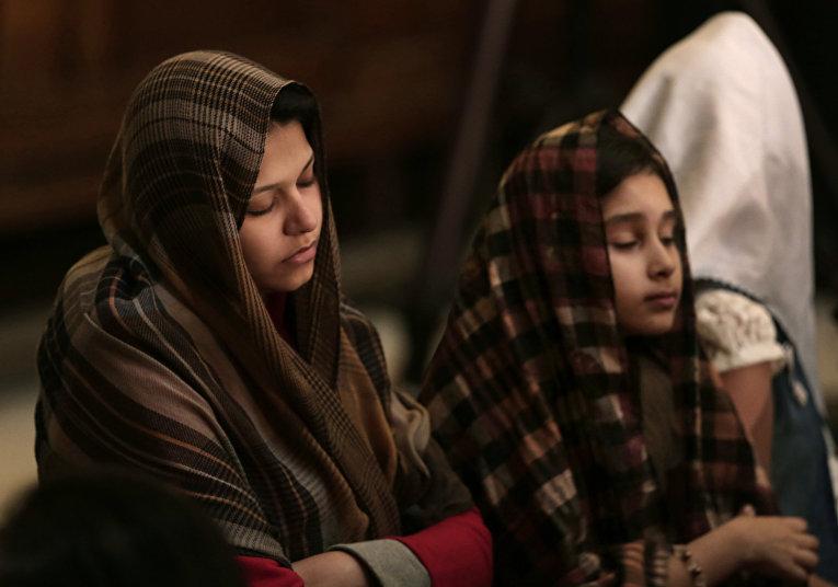 Девочки-коптские христианки на пасхальной службе в соборе святого Марка в Каире